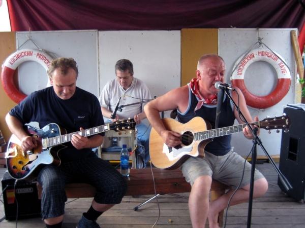 Команда Dzen разлив в Косинском Морском клубе. Концерт 18 июля 2008 года.