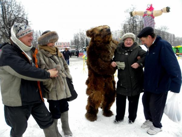 На масленице в Косино, пьяный медведь приставал к мирным жителям!)