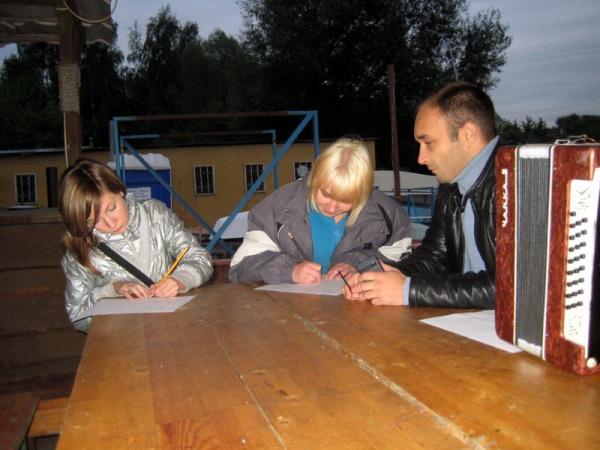 Так началась мега популярная в Косино группа Dont cry. Лера и Юля, первые уроки музыки. Август 2008.