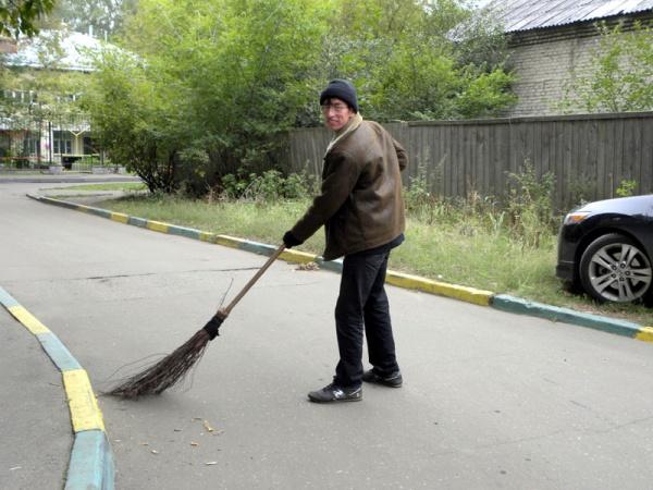 Мухитдин. Самый образцовый дворник по Черному озеру.