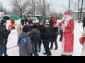 Дед Мороз объясняет детишкам политику партии